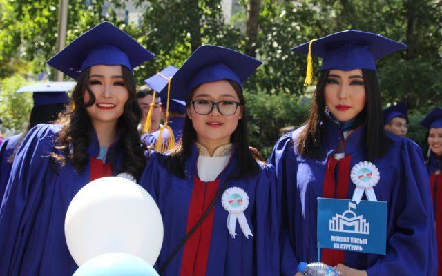 75 жилийн ойн босгон дээр МУИС-ийг 2056 бакалавр, 346 магистр, 16 доктор төгсөж мэргэжлийн диплом, энгэрийн тэмдгээ гардан авлаа